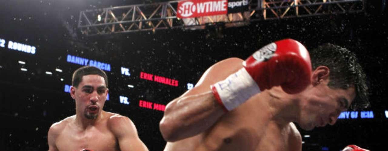 El 20 de octubre, el púgil mexicano Erik 'Terrible' Morales (derecha) perdió por un brutal nocaut ante el estadounidense Danny García, quien retuvo el Campeonato Mundial Superligero del CMB, en combate disputado en el Barclays Center de Brooklyn, Nueva York.