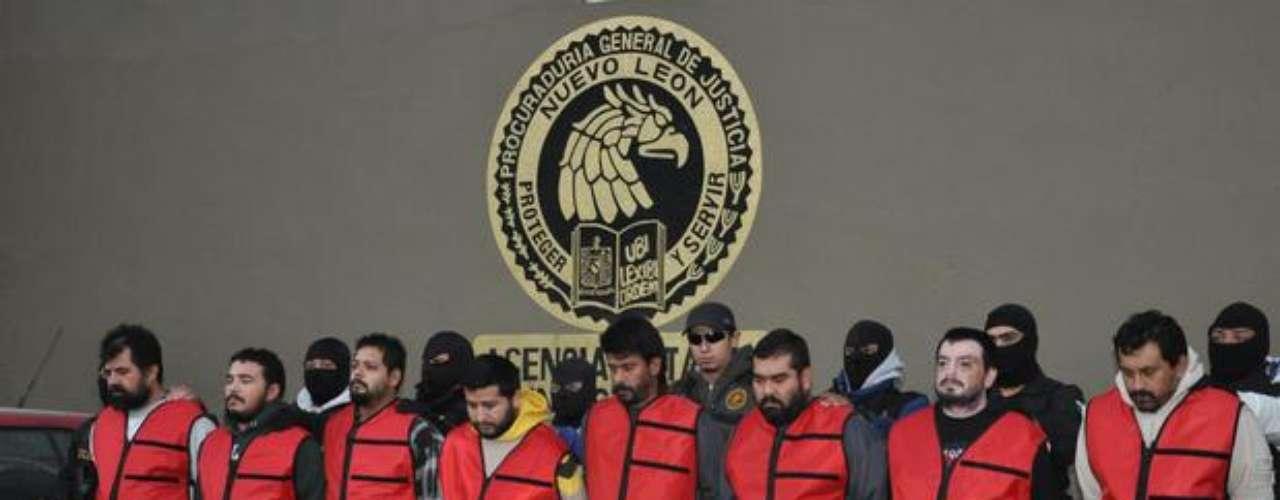 21 de diciembre de 2012.- En Nuevo León detuvieron a ocho integrantes de la organización de Los Zetas, a quienes se les atribuyen al menos 50 homicidios, entre ellos el del director de la Policía de Apodaca, Milton Alvarado Rojas, y otros diez elementos de esa corporación. La banda era liderada por Edgar Adrián Zavala Bravo, alias \