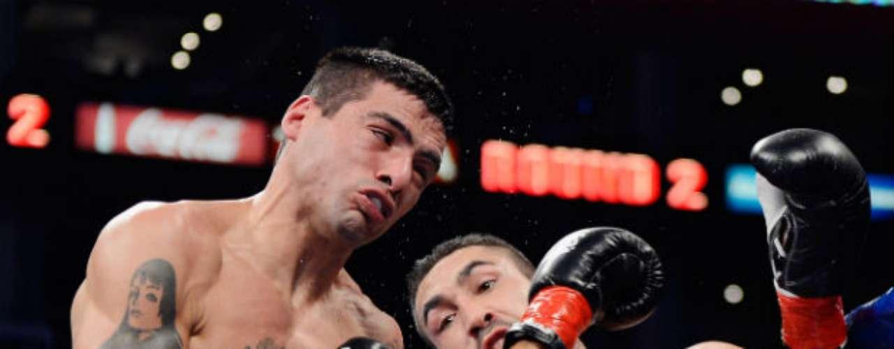 El argentino Lucas Matthysse (izquierda) dio una gran demostración de poder y noqueó en cinco asaltos al mexicano, Humberto 'Zorrita' Soto, en el Staples Center de Los Angeles.