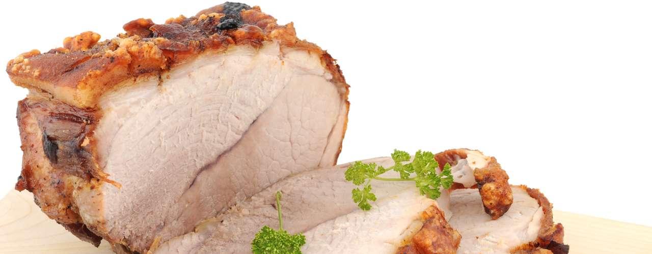 Empanadas rellenas con carne de cerdo ofrecen 41g de grasa en una tajada de 150g, más de la mitad del consumo diario recomendado para una mujer. Una tajada de lomo con el mismo peso suministra sólo 3g de grasa.