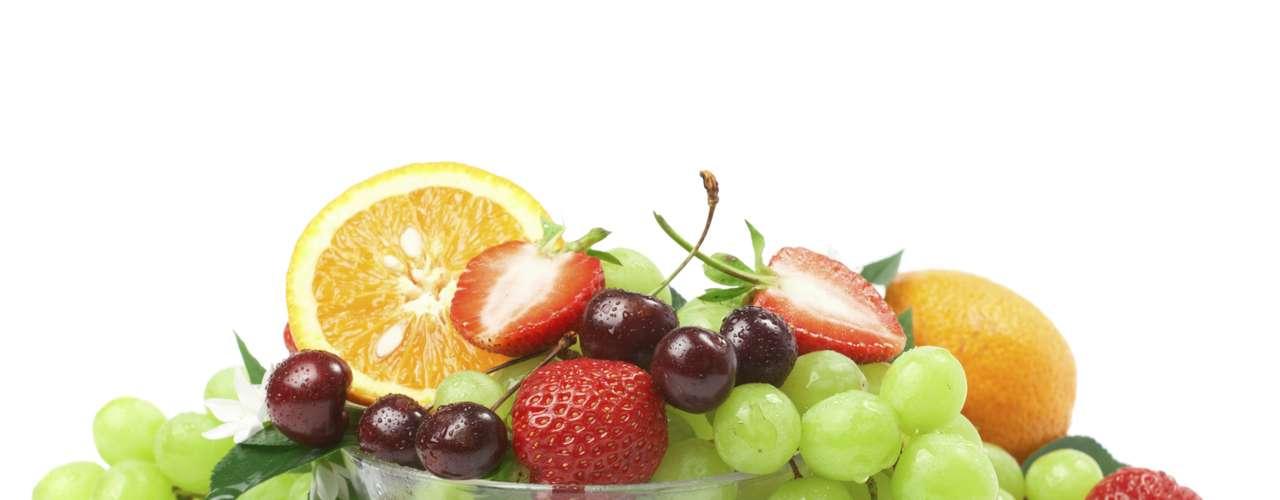 Coma frutas, que contienen poca grasa como: las fresas, el plátano y las naranjas.
