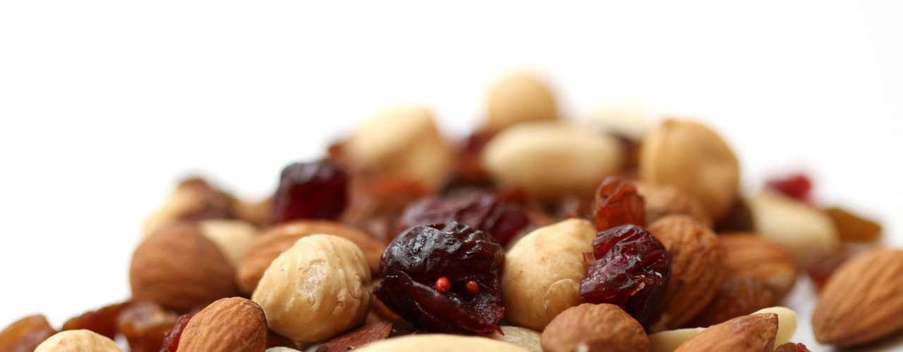 Mezcla nueces con frutas secas. Una porción de 40g nueces contiene 21g de grasa, mientras la misma cantidad de nueces y pasas contiene 14g.
