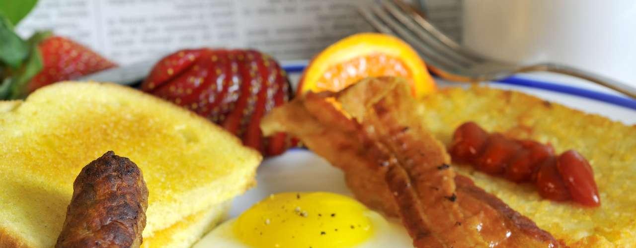 Un desayuno típico en vacaciones, inclusive servido en los hoteles, puede aportar 44g de grasa. Pero el cambiar el tocino por una salchicha con bajo contenido de grasa, huevos hervidos en lugar de fritos y verduras, te aportaría sólo 9g.