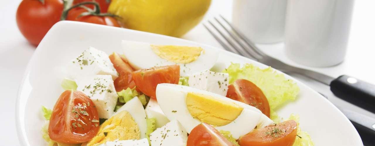 Intercambia el sándwich por una ensalada que contenga casi los mismos ingredientes. Una merienda de huevo con mayonesa tiene 30g de grasa, mientras que una ensalada con huevos ofrece sólo 7g.