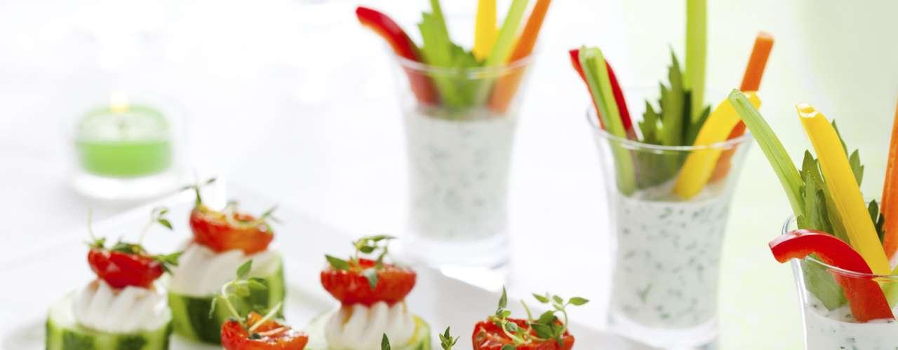 Busca las versiones de los bocadillos más saludables en las reuniones a las que asistas, así te podrás ahorrar hasta 8g en el consumo de grasas.