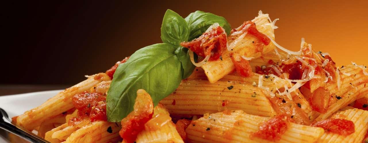 Con las pastas, prefiere salsas de tomates con hierbas que aportan 2g de grasa en lugar de otras como la carbonara (que está hecha a base de huevos, pimienta negra, y tocino) y que te aportarán 30g de grasa en una porción de 400g.