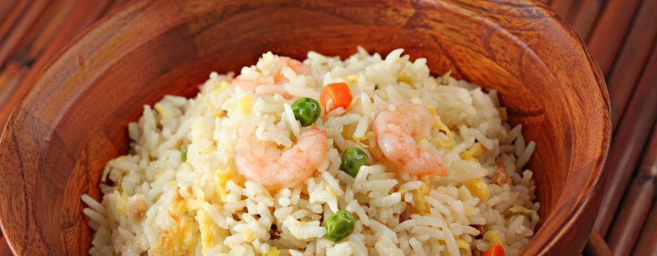Cuidado con los ingredientes extras. El arroz chino, con huevo frito, tiene 18g de grasa en una porción de 250g. El grano sin ingredientes extras está libre de grasa.