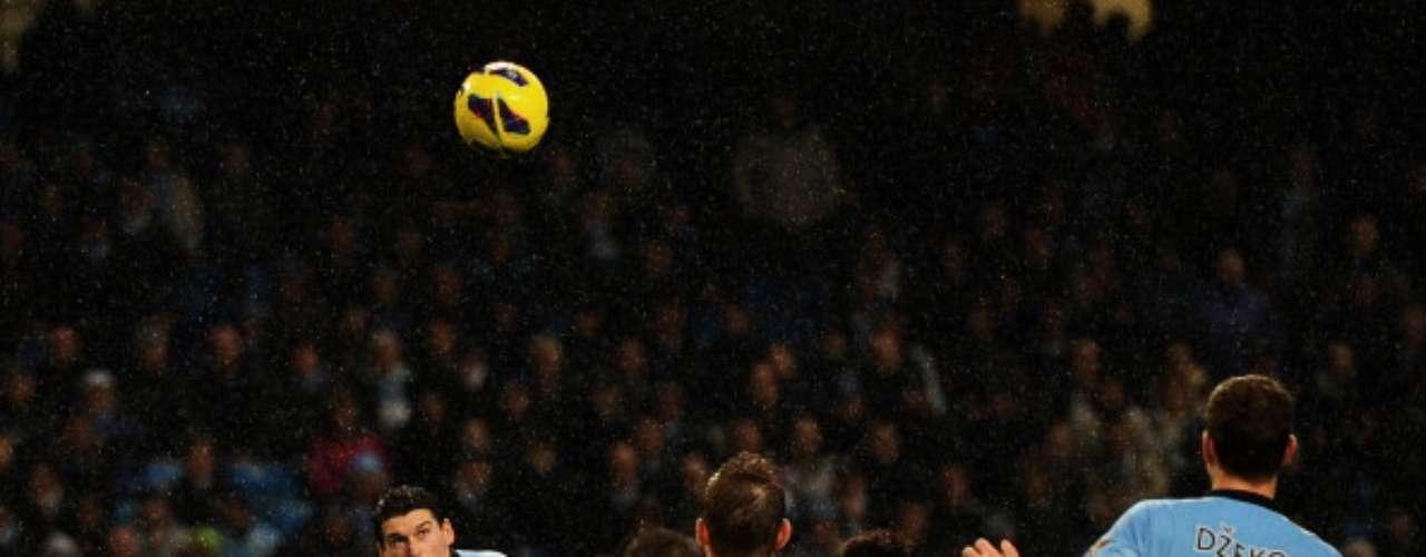 Justo al 90' +3, Gareth Barry conectó un centro de Silva, recargándose sobre su marcador y su cabezazo le di tres puntos a los 'Citizens'.