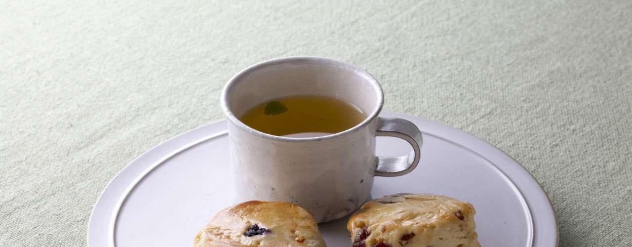 Investiga antes de escoger el postre. Panecillos de frutas contienen menos de 5g de grasa, mientras que otros panes que llevan mucha mantequilla pueden tener hasta 21g.