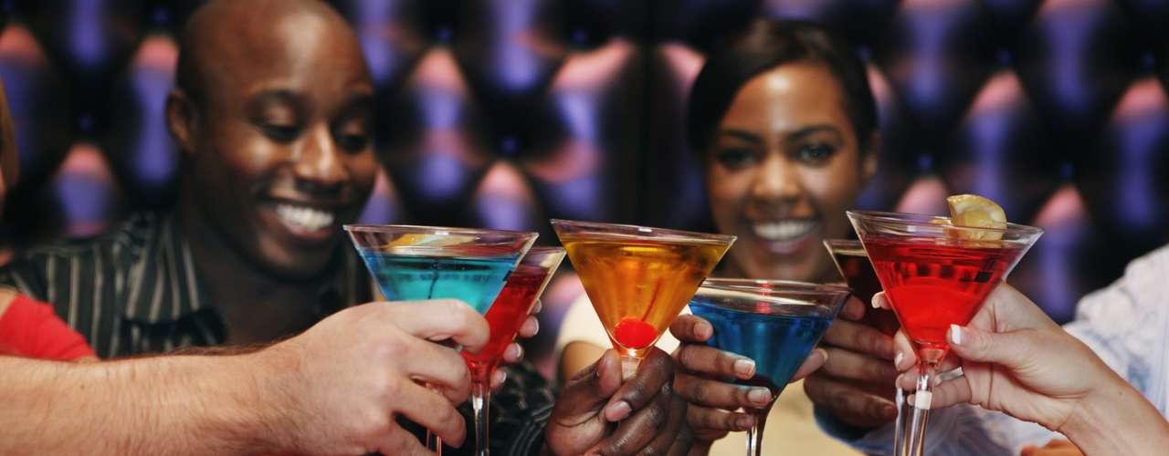Cuando quieras ingerir alguna bebida con alcohol, prefiere vino o destilados puros. Los cocteles o bebidas con muchas mezclas ofrecen hasta 15g de grasa por vaso.