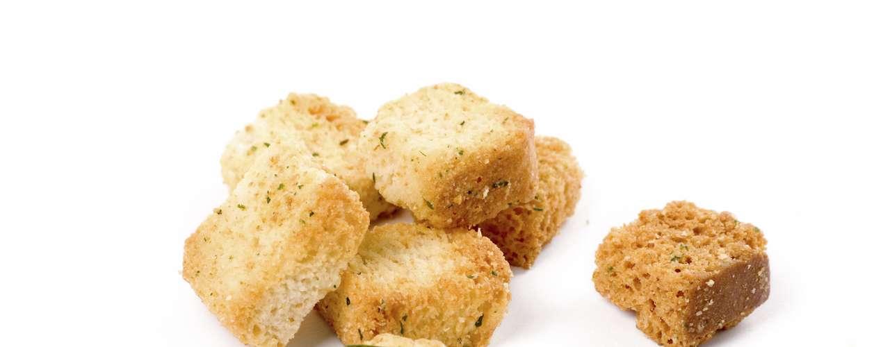 No añadas trocitos de pan (crotones) en sopas y ensaladas, pues te aportan10g de grasa extra.