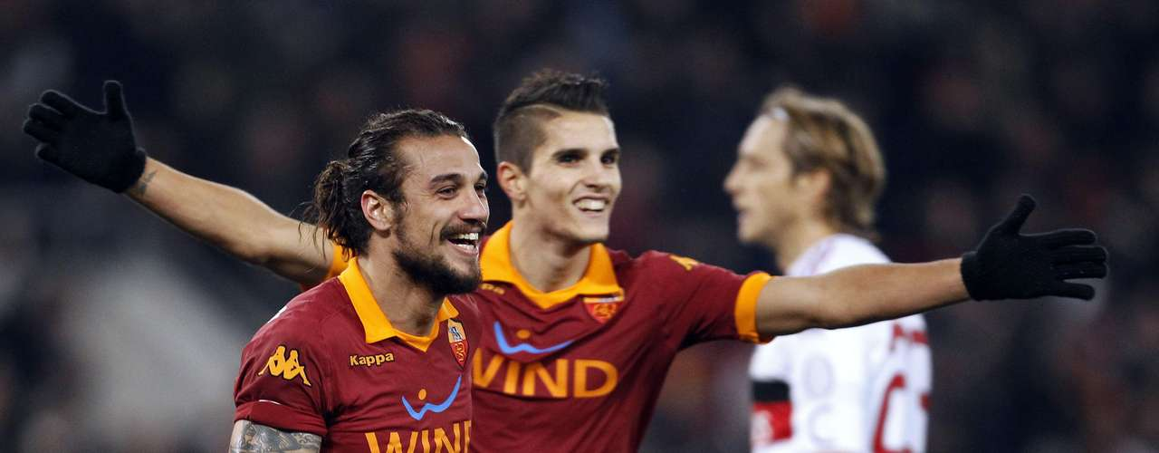 AS Roma's Daniel Pablo Osvaldo (L) celebrates with his teammate Erik Lamela (C) after scoring.