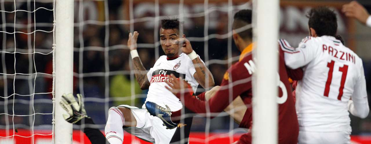 AS Roma's goalkeeper Mauro Goicoechea (bottom L) performs a save against AC Milan's Kevin Prince Boateng (C).