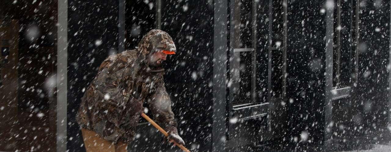 La ciudad de Madison, en el estado de Wisconsin, registró la cifra más alta de nieve acumulada hasta el momento, con 50 centímetros, mientras que las ráfagas de viento más fuertes se registraron en Gatlinburg, Tenesí, alcanzando los 160 kilómetros por hora, según el Servicio Meteorológico estadounidense.