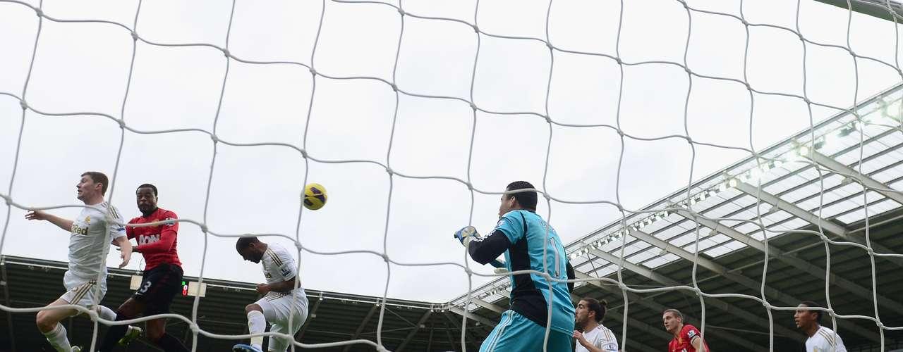 El momento exacto cuando Evra remató de cabeza para mandar la pelota al fondo de las redes.
