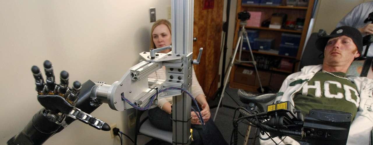 Un equipo de científicos de la Universidad Johns Hopkins en Baltimore, Maryland que había demostrado cómo registros neurales del cerebro podrían ser utilizados para mover un cursor en una pantalla, este 2012 logró que personas con parálisis pudieran mover un brazo mecánico con sus mentes y llevar a cabo movimientos complejos. Aunque se trata de una tecnología experimental muy cara, los científicos tienen la esperanza de que se puedan mejorar estas prótesis para ayudar a pacientes con apoplejías o lesiones vertebrales.