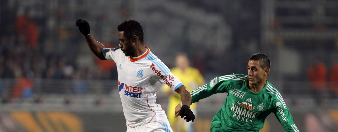 Olympique Marseille's Julio Nkoulou (L) challenges Saint Etienne's Faouzi Ghoulam during their French Ligue 1 soccer match at the Velodrome stadium in Marseille, December 23, 2012.