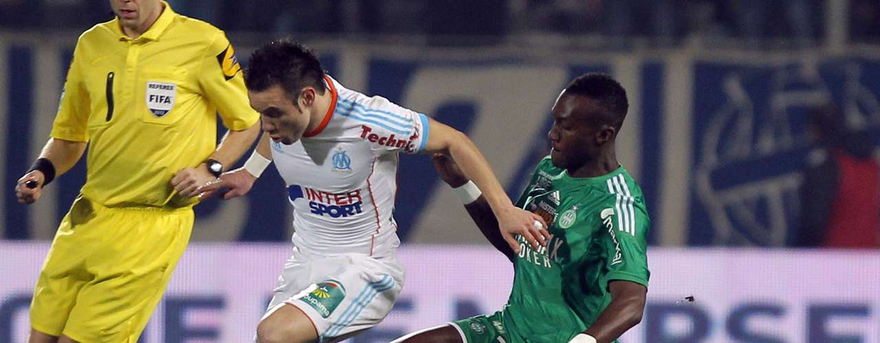 Olympique Marseille's Mathieu Valbuena (L) challenges Saint Etienne's Josuha Guilavogui during their French Ligue 1 soccer match at the Velodrome stadium in Marseille, December 23, 2012.