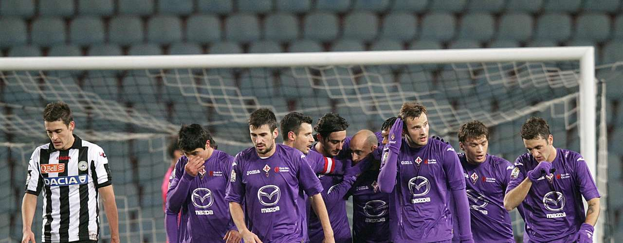 Fiorentina took out Palermo 3-0 to remain in third place.