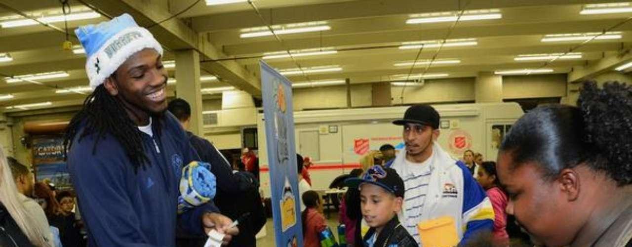 Kenneth Faried repartió juguetes a niños de Denver.
