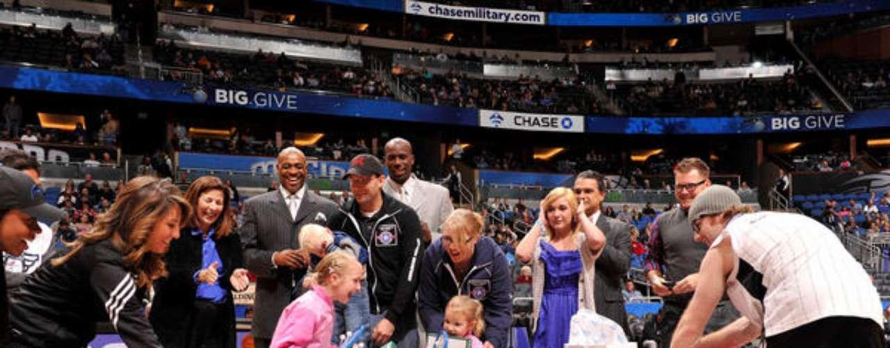 Jugadores del Magic de Orlando sorprendieron al Sargento de Primera Clase Paul Hiltibidal y su familia con regalos.