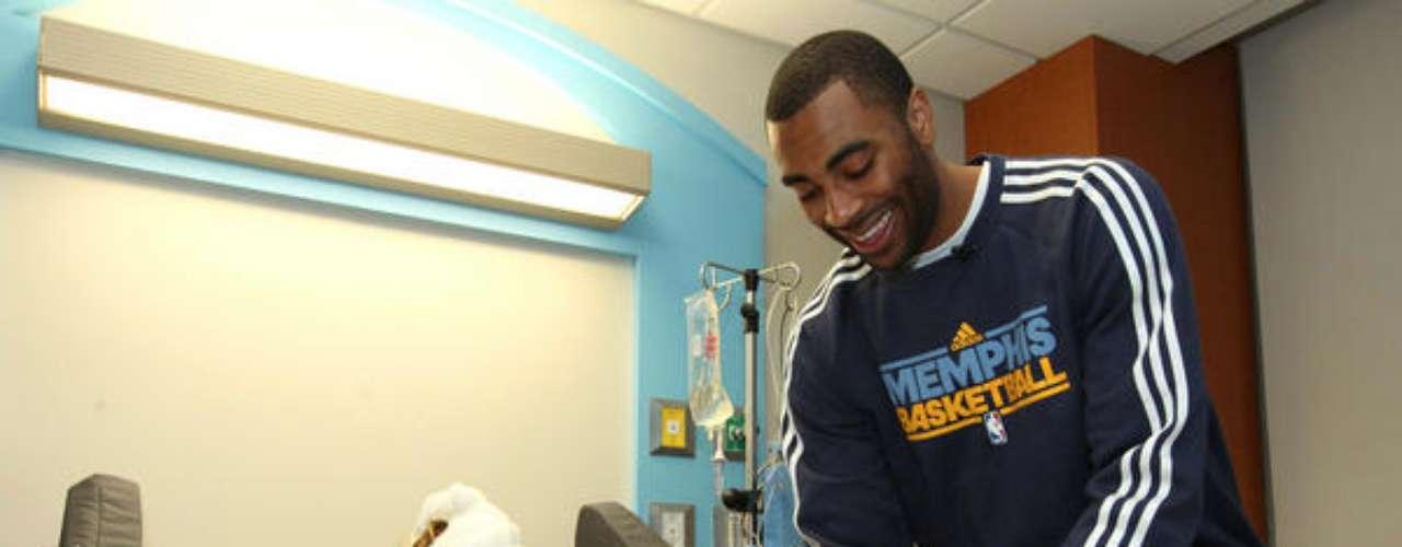 Wayne Ellington visitó el Hospital de Niños de Le Bonheur.