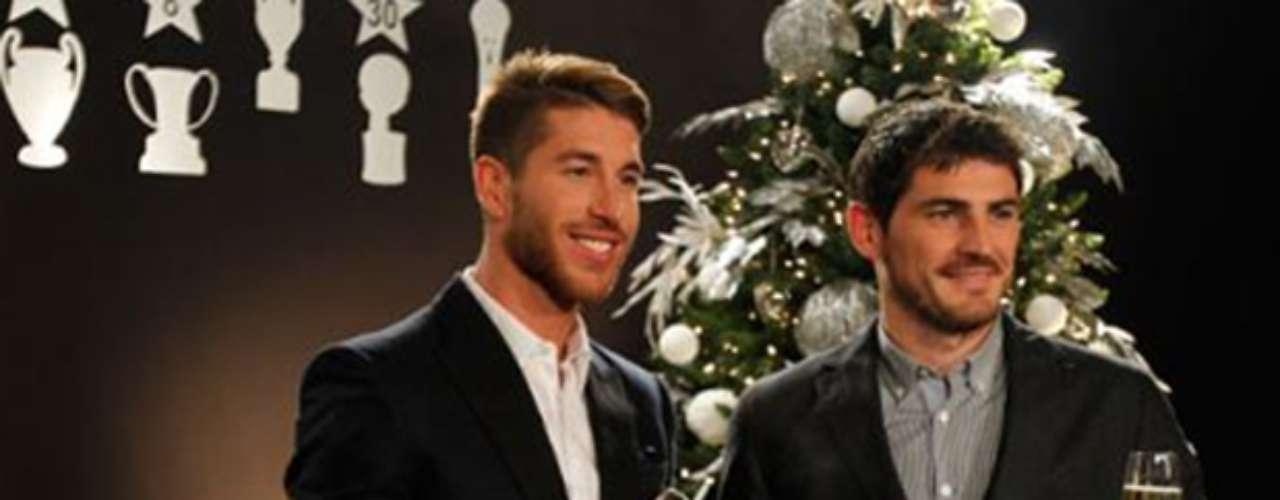 Los jugadores merengues Sergio Ramos e Iker Casillas brindan por la navidad
