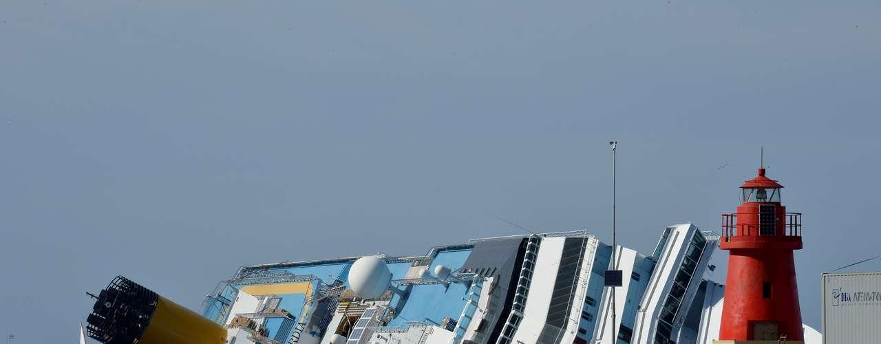 ENERO - El 13 de enero el crucero Costa Concordia se encalló frente a las costas de la isla italiana de Giglio. El accidente dejó un saldo de 32 muertos y 4,197 tripulantes fueron evacuados. Las autoridades italianas aún siguen investigando las causas del hundimiento, aunque el capitán Francesco Schettino y el primer oficial fueron arrestados por negligencia. Las pérdidas económicas del accidente rondan los 93 millones de dólares.
