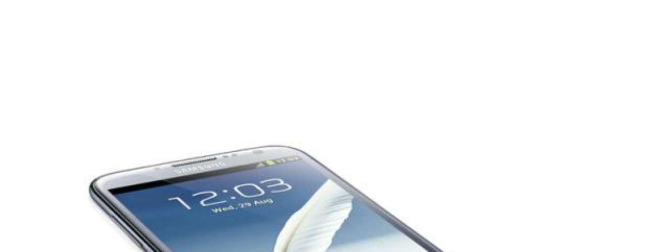 Samsung Galaxy Note II: Más grande que la primera versión, el teléfono cuenta con una pantalla de 5,5 pulgadas, utiliza el sistema operativo Android 4.1 y tiene 2 GB de RAM, lo que garantiza su rendimiento y también mejora el uso del boli stylus (lápiz táctil) que lo acompaña.