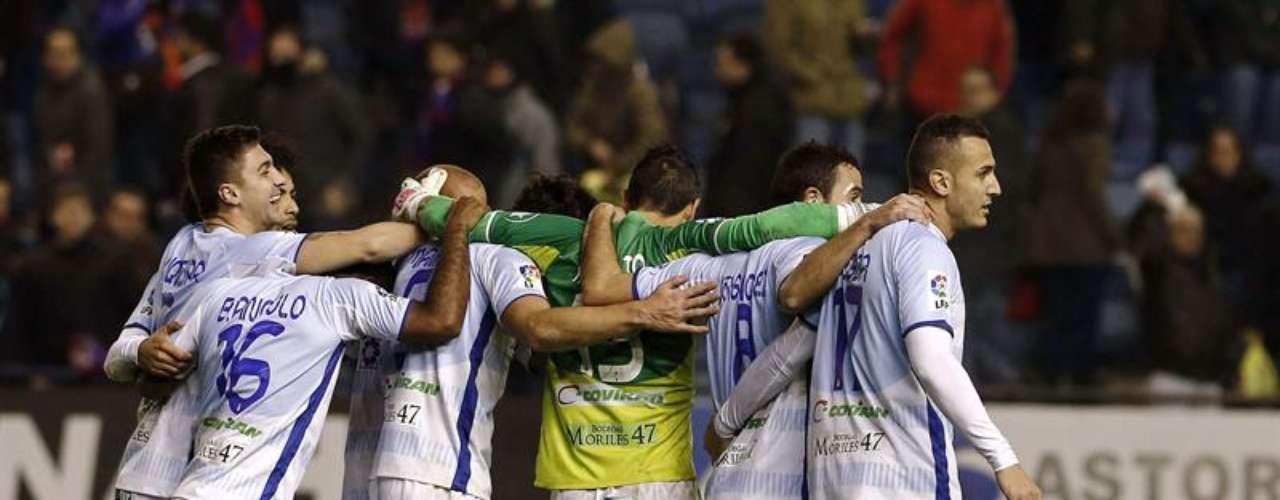 Granada sorprendió en Pamplona, donde venció 2-1 a Osasuna.