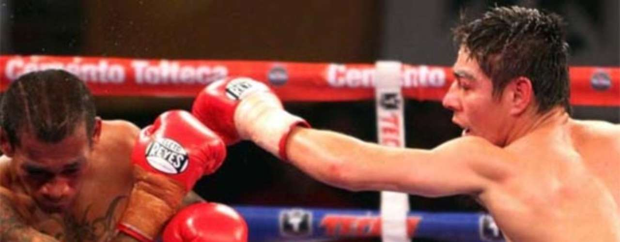 Volvió a ser campeón mundial Supermosca, pero ahora reconocido por la AMB, cuando venció al indonesio Angy Angkota por decisión técnica en el séptimo round, en pelea realizada en el Distrito Federal.
