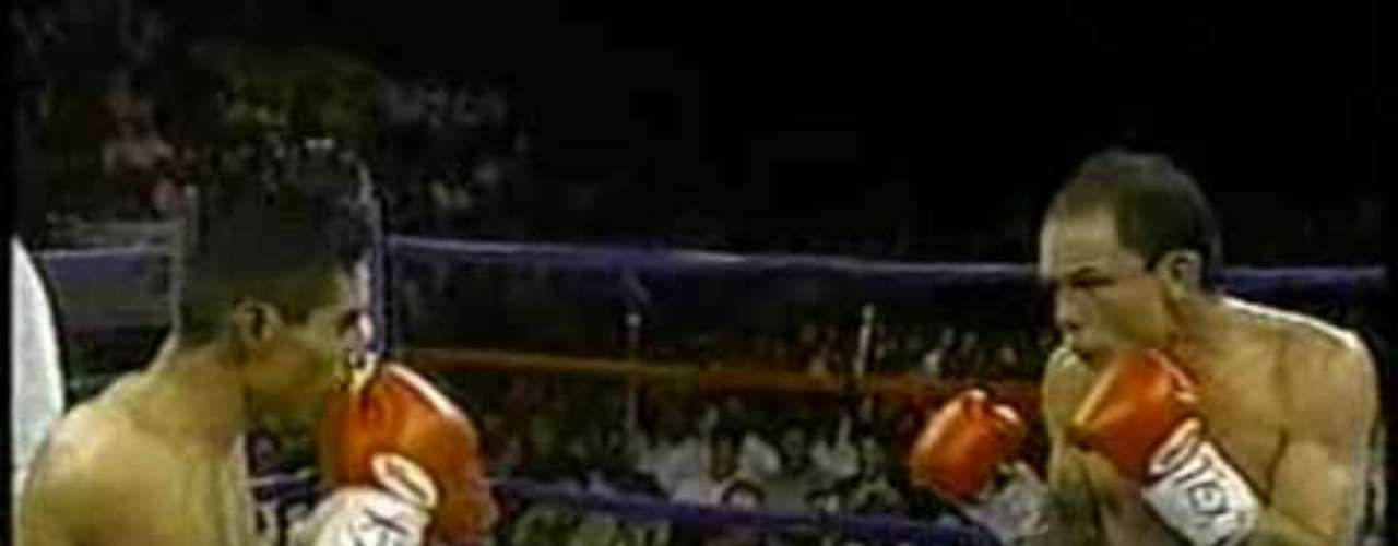 Erik Morales acumuló 26 victorias consecutivas y después de ser el número uno del mundo disputó su primera corona mundial, el supergallo del CMB, a Daniel Zaragoza, a quien noqueó en 11 rounds en El Paso, Texas, en 1996, su primer cinturón universal.