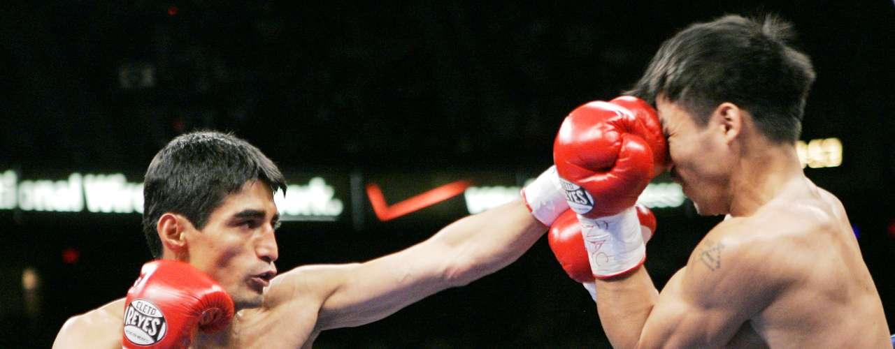 Morales sostuvo otra trilogía ante el filipino Manny Pacquiao, de hecho fue el primer mexicano en derrotar al Pacman.