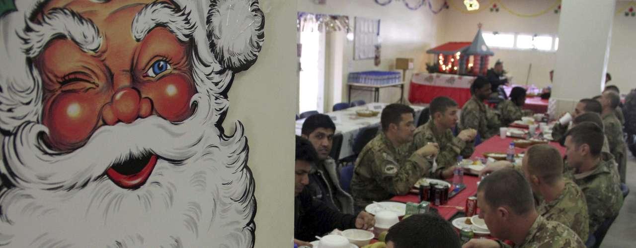 Soldados de la Fuerza Internacional de Asistencia para la Seguridad en Afganistán (ISAF) celebran el día Navidad en la base de la OTAN en Kabul, Afganistán.