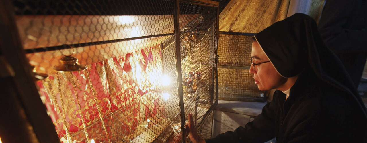 Oraciones, fiesta, tradiciones...Llegó la Navidad y así la celebran alrededor del mundo. En la foto una monja visita el lugar de la gruta donde la tradición sitúa el nacimiento de Jesús, en la Iglesia de la Natividad de la ciudad cisjordana de Belén, el 25 de diciembre del 2012.