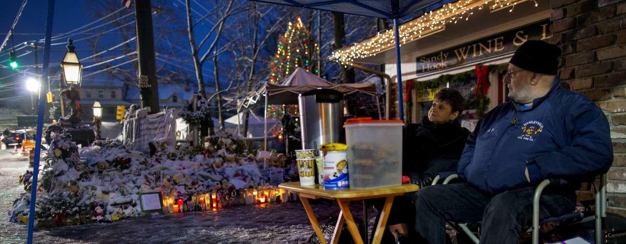 El estallido de apoyo a esta comunidad en el estado de Connecticut continuó durante la víspera de Navidad, cuando acudieron visitantes con tarjetas y otras muestras de solidaridad.