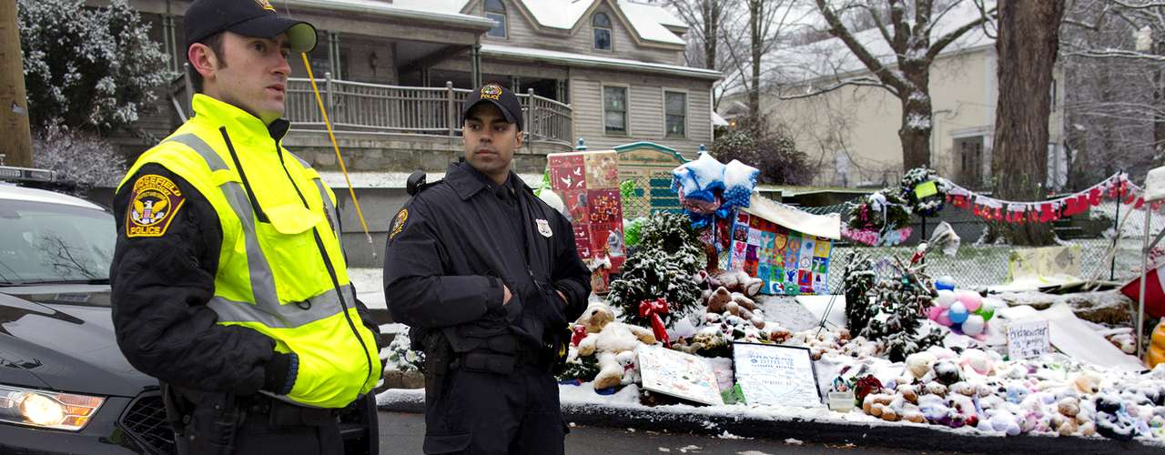 El martes, policías de otras localidades estaban de turno para poder darle a los agentes locales un descanso de los últimos 11 días de horror y luto.