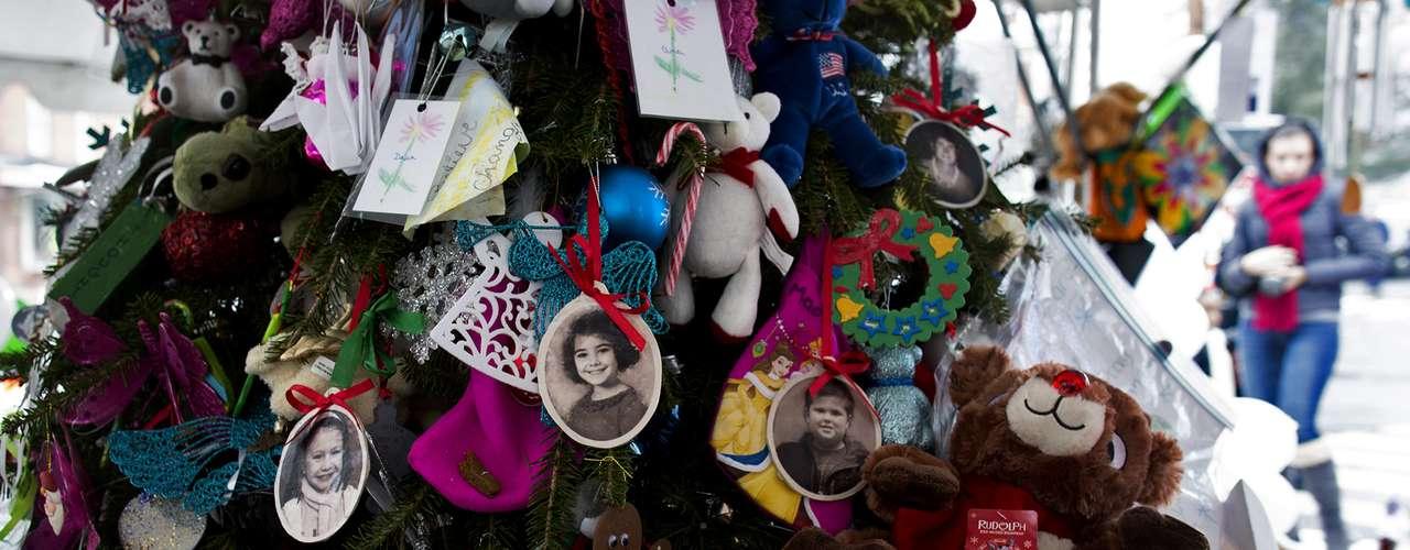 En la iglesia católica Santa Rosa de Lima, a la que asistían ocho de los niños víctimas de los disparos, el pastor dijo a los feligreses en la segunda de las cuatro misas del martes que \