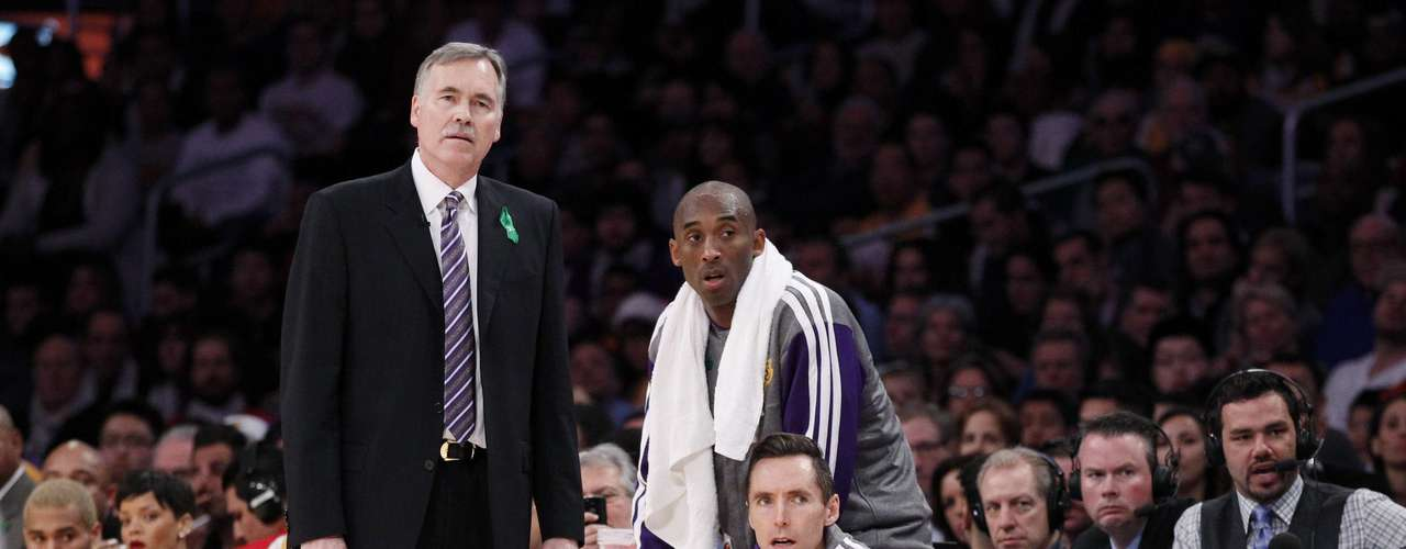 Los Angeles Lakers head coach Mike D'Antoni (L) stands with Kobe Bryant (C) and Steve Nash (R).