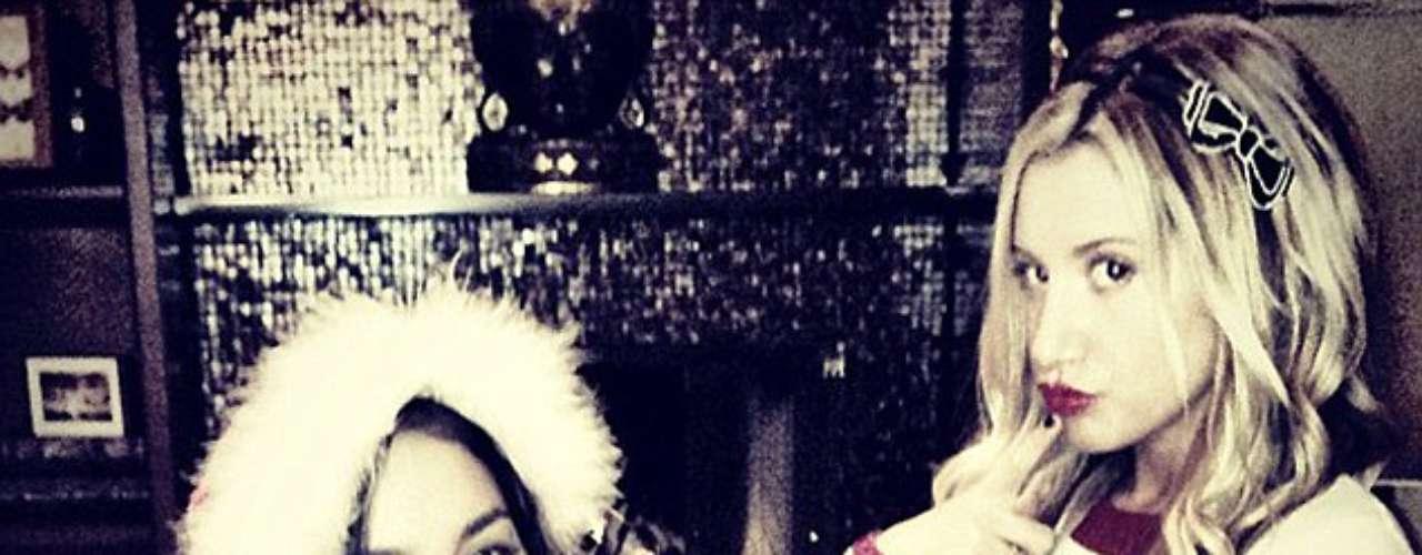 Ashley Tisdale y su gran amiga Vanessa Hudgens dedican esta foto navideño a sus adorados fans.