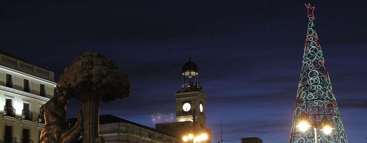 Aspecto que presenta la madrileña Puerta del Sol que será el escenario dentro de una semana de la celebración de las tradicionales campanadas de Nochevieja que darán la bienvenida al 2013.