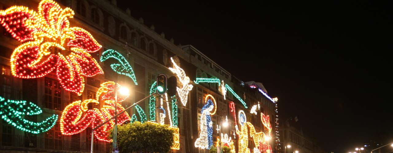 Varias personas observan las iluminaciones navideñas en Ciudad de México. Este año se presenta un alumbrado especial y decoraciones en el Zócalo capitalino, en las principales calles y en todas las plazas aledañas a la Catedral Metropolitana, así como en el Paseo de la Reforma y en la Avenida de los Insurgentes.