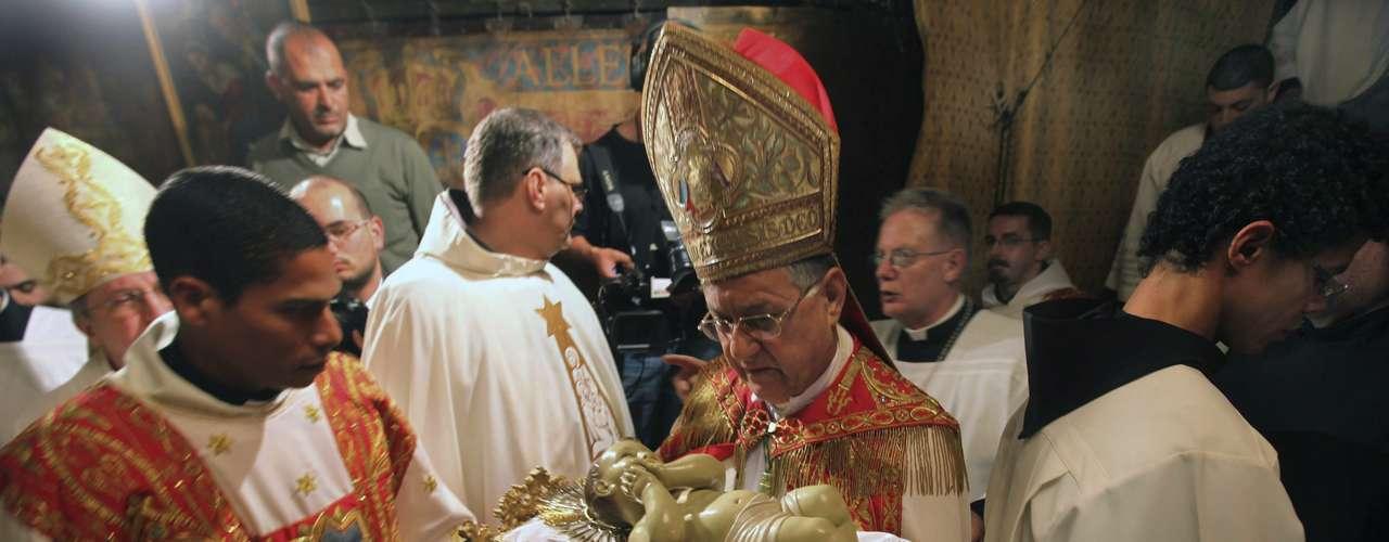 El patriarca latino de Jerusalén Foud Twal oficia una misa del Gallo en la Iglesia de la Natividad en Belén, Palestina.