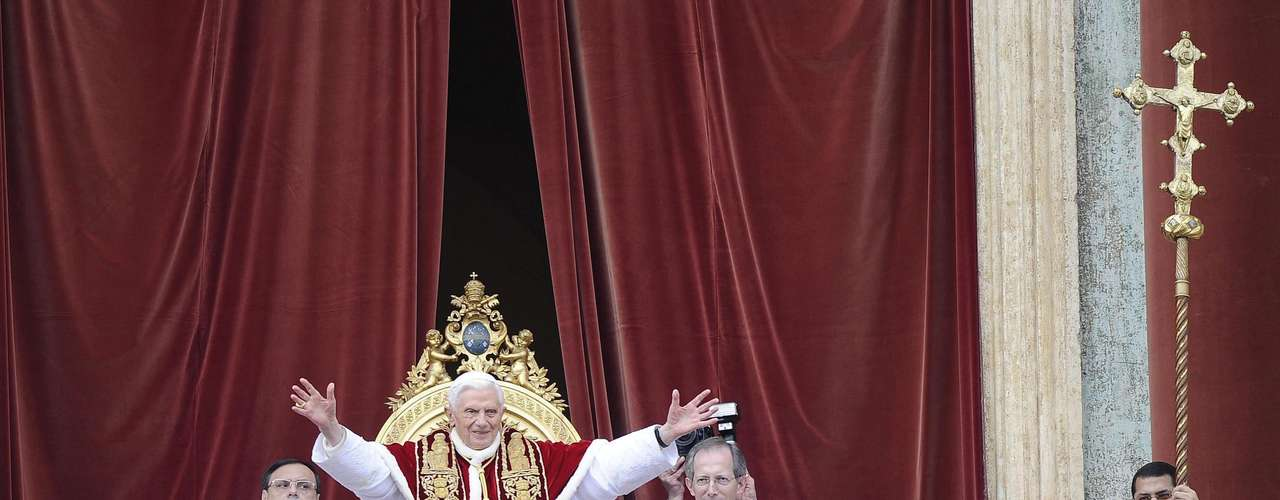 El papa Benedicto XVI saluda desde el balcón de la Basílica a las miles de personas congregadas en la plaza de San Pedro del Vaticano para asistir al tradicional Mensaje de Navidad, en la Ciudad del Vaticano.