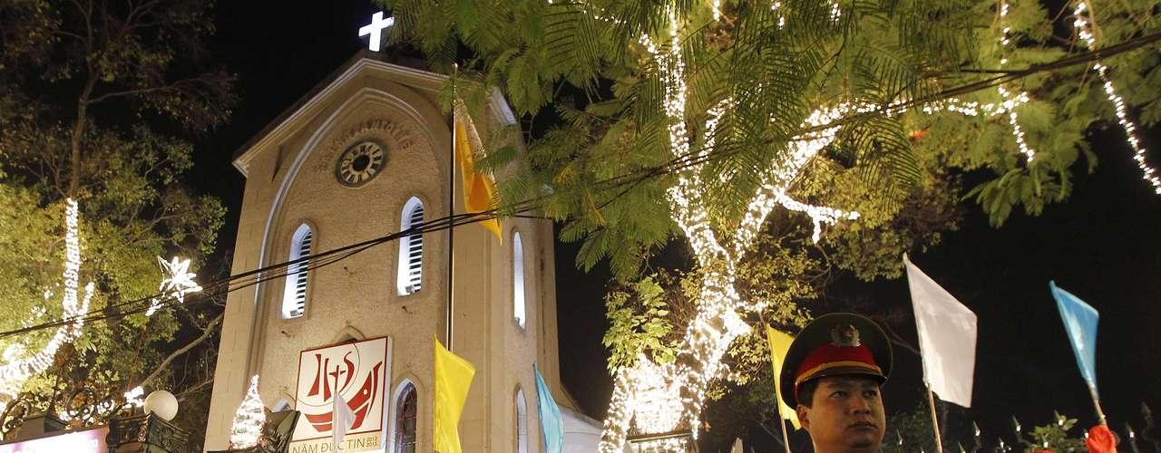 Varios vietnamitas llegan a una iglesia de Hanoi, Vietnam, donde miles de personas han adoptado las fiestas cristianas en los últimos años.