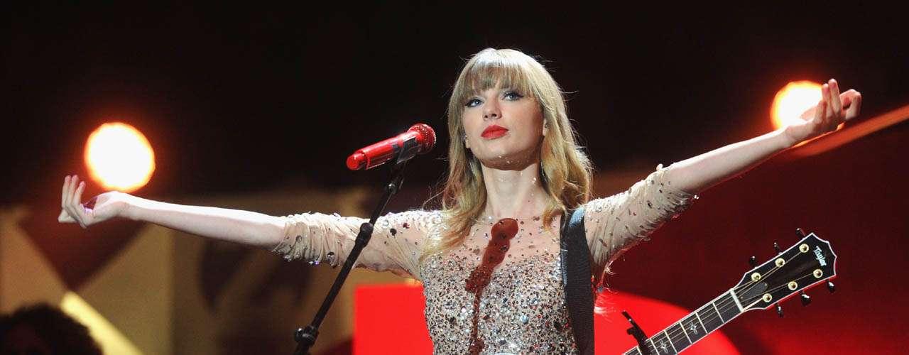 Taylor Swift encabeza la lista de famosos que en 2012 más compartieron su riqueza. De acuerdo con DoSomething.org la estrella de la músicadonó 4 millones de dólares en beneficio del museo Country Hall of Fame, además de recibir el premio Ripple of Hope por parte del centro Robert F. Kennedy.