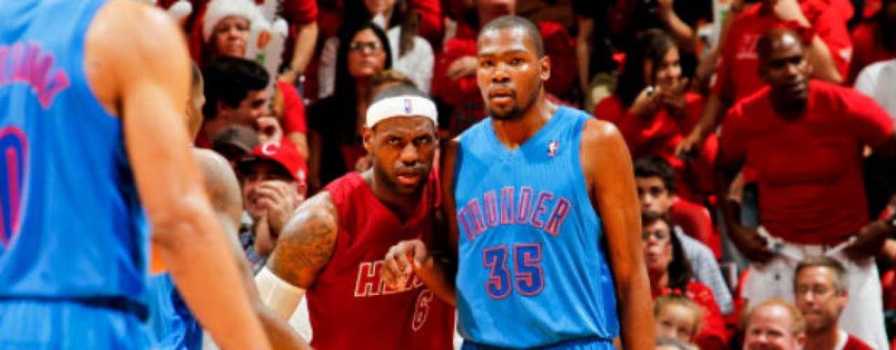 Kevin Durant (foto) anotó 33 tantos y Russell Westbrook otros 21 para Oklahoma City, pero ambas estrellas del Thunder fallaron triples que representaban el posible empate en los segundos finales.