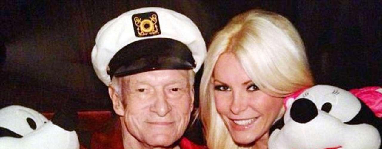El magnate de Playboy, Hugh Hefner y su prometida muestran su espíritu festivo en esta foto.