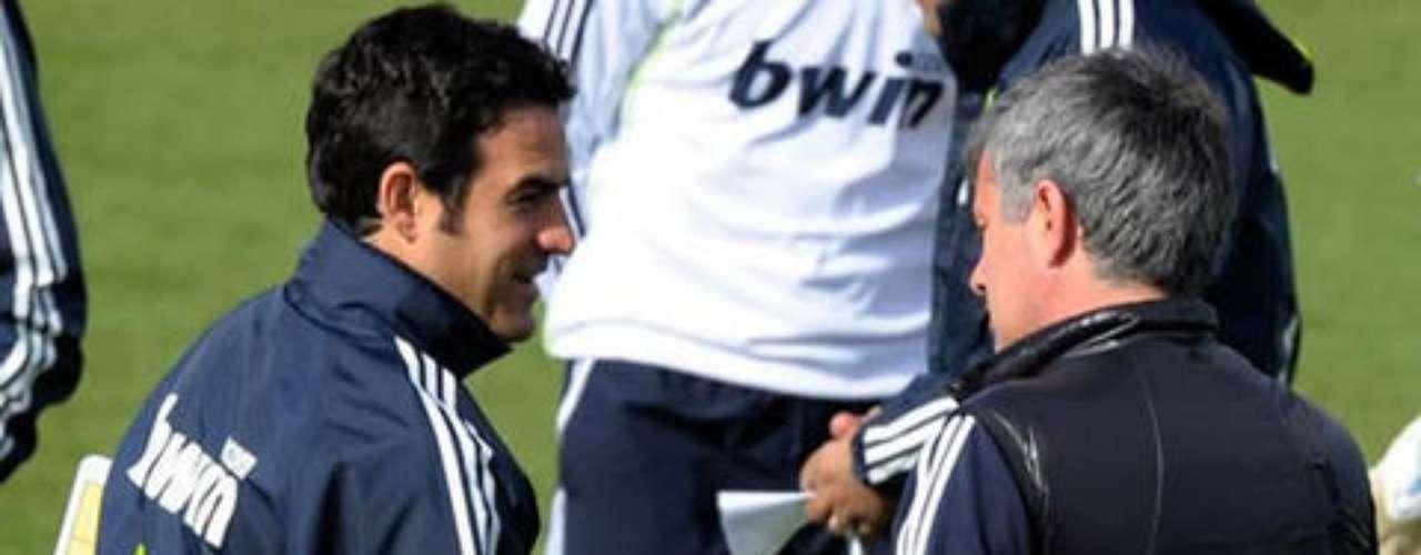 Alberto Toril, técnico de la cantera 'blanca' (Castilla), tampoco ha escapado de 'Mou'. Todo se desató por una orden de Mourinho en la alineación de Nacho, próximo a debutar a finales de 2010 con el primer equipo.En un juego contra el Alcalá, complicado para el Castilla, Toril alineó más de 60 minutos al lateral, quien 'desobedeció' al luso, ganándose su desprecio, a tal grado de ser corrido, meses después, de un entrenamiento del Madrid en Valdebebas.