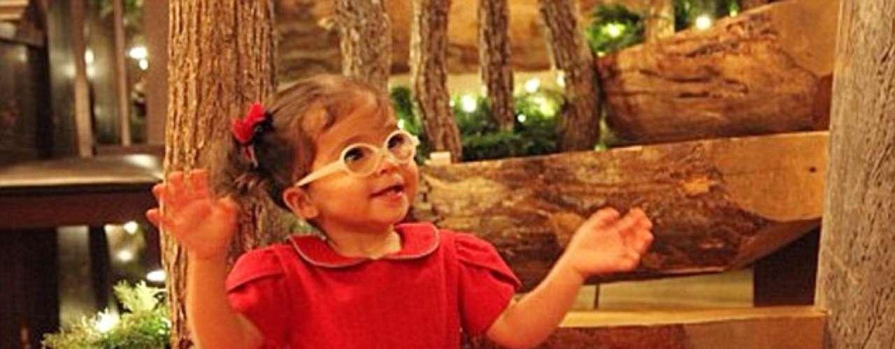 Moroccan, la hija de Mariah Carey, luce hermosa en un vestido rojo, perfecto para la temporada de fiestas